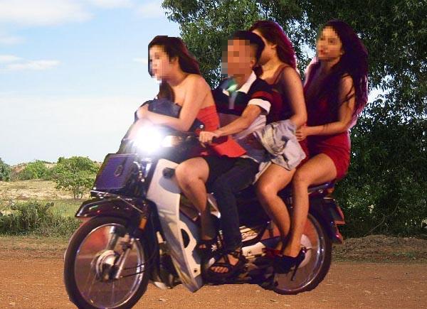 Việt Kiều chỡ 3 phụ nữ chân dài trên đường quê